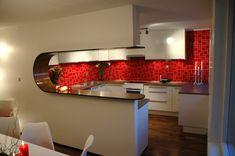 """Gode tips fra """"Tid for hjem"""". Red Tiles, Kitchen Inspiration, Kitchens, Interior Design, Tv, Table, Furniture, Home Decor, Nest Design"""