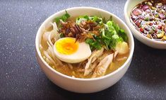 Duik de Indonesische keuken in en maak eens deze heerlijke Indonesische kippensoep: Soto ayam. Deze kruidge soep is heerlijk en heel makkelijk om te maken. Asian Recipes, Ethnic Recipes, Pasta, Asian Cooking, Pulled Pork, Ramen, Food And Drink, Keto, Kitchen