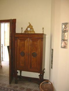 Antikt skab med fransk broncheur i den store stue.  Se mere på www.lazio.dk