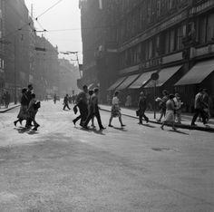Na přechodu (1362-2) • Praha, září 1961 • | černobílá fotografie, Jungmannova ulice, ruch, lidé |•|black and white photograph, Prague|