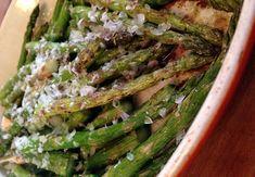 Het nieuwe aspergeseizoen is geopend! Daarom vandaag een heerlijk aspergerecept vanMiljuschka Witzenhausen: geroosterde asperges uit de oven. Supersimpel, maar zó lekker. Meer recepten van Miljuschka lezen? Klik hier! Verwarm de oven op 220 graden. Snijd de houtige uiteinden van de asperges. Verdeel de groene stengels over een overschaal of bakplaat en besprenkel ze met olijfolie. …