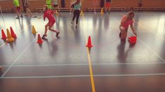 Bottle flip relay in the gym class - A beautiful season of De Spelles! Bottle Flip, Gym Classes, Classroom, Education, Experiment, Beautiful, Workout Exercises, Gaming, Gymnastics
