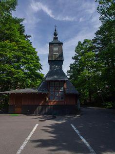 軽井沢聖パウロカトリック教会/アントニン・レーモンド。裏側。窓がレーモンド独特の模様。新発田の教会でもあんなかんじだった。