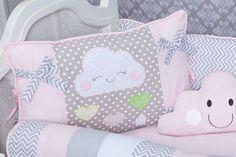 O quarto de menina lúdico lembra as brincadeiras da infância com muita fofura e bom gosto. Para montar um quarto de bebê rosa lúdico, o Kit Berço Nuvem Coração Rosa é ideal!