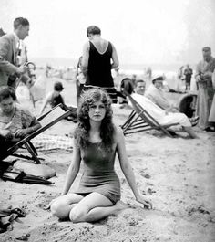 Fun on Deauville Beach - Photo essay on the French Riviera showing early bathing costume. The beach resort of Deauville was a ritzy getaway for France's wealthy. Vintage Pictures, Old Pictures, Old Photos, Vintage Beach Photos, Time Pictures, Vintage Mode, Vintage Ladies, Retro Vintage, Vintage Beauty