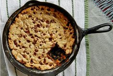 Σχεδόν μία ανάσα πριν το καθημερινό μας τραπέζι γίνει αυστηρά νηστήσιμο, ας επιτρέψουμε σε εαυτούς και αλλήλους μία τελευταία αμαρτία: ένα αφράτο, ευωδιαστό, σοκολατένιο μπισκότο για το πιο γλυκό κυριακάτικο ξύπνημα του Απρίλη. Cooking Time, Biscuits, Cakes, Drink, Baking, Desserts, Food, Crack Crackers, Tailgate Desserts