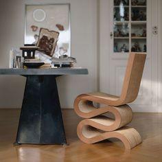 Chaise en carton WIGGLE CHAIR de Frank Gehry & table TRAPEZE de Jean Prouvé