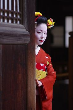 The mysterious maiko Katsuhina. (Source)