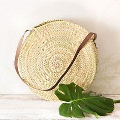 Bolso plano de palma natural, elaborado de forma artesanal en Andalucía. Para bajar a la playa, para pasear por la ciudad...e ideal para ir al mercado. Es