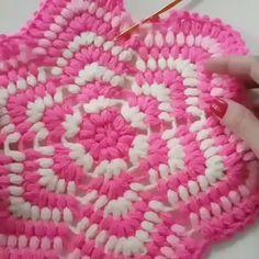 Depois que Comecei a Fazer Crochê Minha Renda Triplicou! Crochet Applique Patterns Free, Granny Square Crochet Pattern, Crochet Flower Patterns, Crochet Squares, Crochet Motif, Crochet Flowers, Crochet Stitches, Rainbow Crochet, Crochet Circles