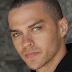 Jesse Williams a.a Dr. Jackson Avery on Grey's Anatomy Jesse Williams Grey's Anatomy, Jessie Williams, Jackson Avery, Black People With Freckles, Black Freckles, Beautiful Eyes, Gorgeous Men, Beautiful Freckles, Amazing Eyes