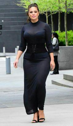 vetement pour femme ronde, l'actrice Ashley Graham, robe de cérémonie semi-transparente en noir, bustier noir, manches 3-4, sandales noirs