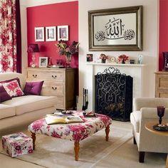 """Quelques idées de déco orientale à faire soi même  Salon cottage anglais. La seule touche orientale est un tableau miroir calligraphie arabe """"Allah"""""""