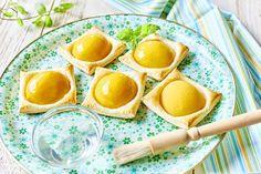 Ciasteczka francuskie z glazurowaną brzoskwinią Eggs, Breakfast, Food, Morning Coffee, Essen, Egg, Meals, Yemek, Egg As Food