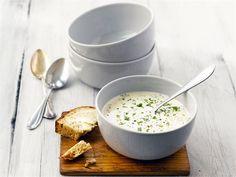 Perinteinen juustokeitto lämmittää kylmänä talvipäivänä. Tarjoa keittoa alku- tai pääruokana tuoreen leivän kanssa.
