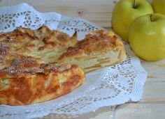 I dolci con le mele sono i miei preferiti. Oggi ho preparato la TORTA CREMOSA DI MELE, un impasto fatto di uova e ricotta e pochissima farina con tante tantissime mele.