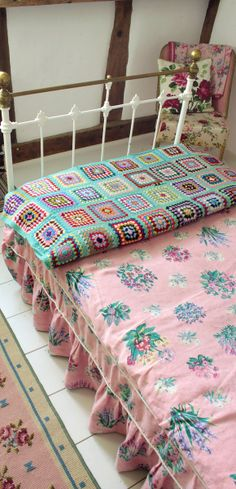 Crochet rug, floral bed cover | #home #bedrooms