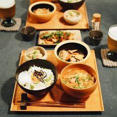 和食の基本の並べ方です。栄養バランスも考え、一汁三菜が和食の基本であり理想的な食卓になります。まず、むかって左側が主食のごはん、その右に一汁であるお味噌汁を並べます。
