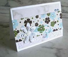 Cartão com flor em scrap com retalho de renda, elegante e sofisticado