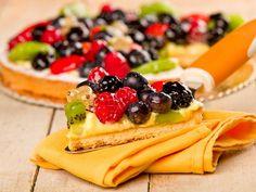 La crostata ai frutti di bosco è un dolce fresco e leggero, adatto ad ogni stagione dell'anno ma soprattutto a mille occasioni diverse