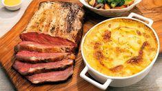 Upéct dokonale jemný a chutný roastbeef je snadné, když víte, jak na to, a máte dost času. Šéfkuchař Roman Paulus prozradí, jak připravit kus nízkého roštěnce v pánvi i jak ho potom za pomoci vpichového teploměru péct, aby byl výsledný roastbeef co nejlepší. Roman, Pork, Kale Stir Fry, Pork Chops