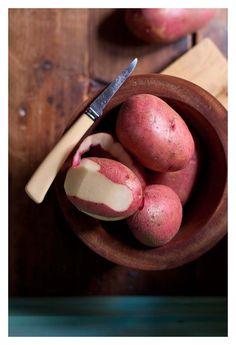 Remedio para la gastritis #6: Lavar, pelar y picar dos patatas de tamaño medio. Colocar en la licuadora junto con un vaso de agua. Licuar hasta lograr un jugo espeso. Distribuir este contenido en tres tomas diarias una después de cada comida principal.