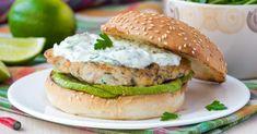Recette de Burger au poulet et à l'avocat, sauce légère au raifort. Facile et rapide à réaliser, goûteuse et diététique.