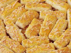 Tidak terlalu susah kan sebenarnya cara membuat Resep Kue Kastengel Keju Renyah Spesial di atas. Faktor penting adalah pemilihan tepung terigu protein dan keju