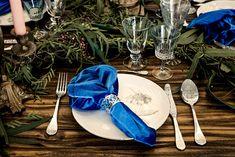 Los amantes del invierno que buscan una forma de llevar su estación predilecta a sus invitados prescindirán de la mantelería para dar protagonismo a una mesa regia de madera vista. La vajilla y la cubertería deben lucir el brillo característico de la plata para formar el tándem perfecto con servilletas en azul intenso – klein, royal, monastral o de Prusia –. Podéis dar aún más protagonismo a éstas últimas utilizando telas con mucho cuerpo, que evoquen el frío invernal, como el terciopelo. Table Decorations, Furniture, Home Decor, Christmas Tabletop, Dinnerware, Mesas, Prussia, Velvet, Sparkle