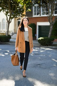 Camel coat, striped shirt, black pants and pumps. Work Wardrobe, Capsule Wardrobe, Classy Outfits, Casual Outfits, Outfits Mujer, Jeans Denim, Camel Coat, Fall Winter Outfits, Look Cool