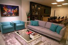 Para criar um ambiente sofisticado e aconchegante idealizado pelo cliente, o arquiteto Geraldo Lino combinou elementos neutros com obras de arte, e  detalhes em azul turquesa, iluminação adequada e cores neutras para materializar o ambiente de estar.