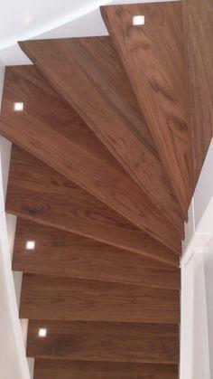 Een gestucte trap met LED verlichting onder de trapleuning ...