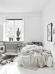 Small bedrooms small space inspiration in monochrome home interior minimalist bedroom student apartment bedroom small bedroom decorating ideas with bunk Cozy Bedroom, Bedroom Inspo, Dream Bedroom, Bedroom Decor, Scandinavian Bedroom, Minimalist Scandinavian, Nordic Bedroom, Messy Bedroom, Bedroom Lighting