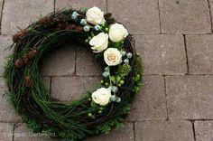 Kranz Xmas Wreaths, Grapevine Wreath, Funeral Flowers, Xmas Decorations, Flower Arrangements, Diy And Crafts, Bouquet, Creative, Garden