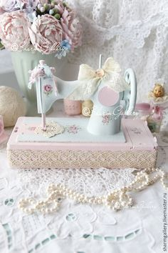 Sewing machine accessories singer Ideas for 2019 Blanc Shabby Chic, Estilo Shabby Chic, Antique Sewing Machines, Vintage Sewing Patterns, Shabby Chic Crafts, Shabby Chic Decor, Sewing Machine Cake, Chabby Chic, Sewing Machine Accessories