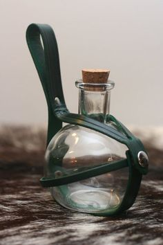 Made to OrderLeather Potion Bottle Holder par Versalla sur Etsy Larp, Armadura Medieval, Landsknecht, Potion Bottle, Medieval Clothing, Leather Projects, Medieval Fantasy, Bottle Holders, Leather Working