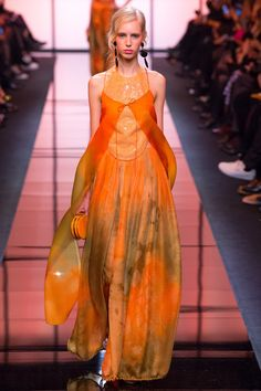 See the complete Armani Privé Spring 2017 Couture collection.