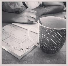Dominguitos de organización...que en nada estamos en la cuenta atrás😂😂😂 #yaestáMarijalándosedelospelos  ¿Cómo va vuestro finde? :) En Cádiz ha vuelto el levante...😭😭😭así que no os digo ná!  LOVE #contamoshistoriasdeamor #love #amor #happy #feliz #eventos #wedding #weddingday #weddingdecor #weddingplanner #Cádiz #relax #levante #verano #summer #sunset #boda #bodasbonitas #chocolate #fashion #decor #design #diseño #breakfast #desayuno #chocolate #candybar #fashion #fashionblogger…