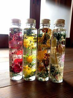 植物ノ瓶詰メ標本collection日本の四季姫 4本セット(ミックスカラータイプのもの)送料無料オイルを使用した植物標本は、手間なく綺麗を保つ新しいお花のスタイルです。子供のころ、いつかどこかで見たような、ほんのり懐かしさを感じる植物の標本をどうぞお楽しみください。60サイズゆうパックで配送いたしますので、ギフト用でお使いになる場合はラッピングも出来ますのでご連絡ください^^プリザーブドローズの花びらを色にじみなくオイルに馴染ませる事が出来ました!少し透けた感のある花びらとペッパーベリーなどのミックスタイプです。ガラス瓶直径4.5cm 高さ18cm (1本)・当商品は観賞用です。小さなお子様の誤飲などにくれぐれもお気をつけください。・ミネラルオイル(化粧品やベビーオイルの原料)を使用しており、…