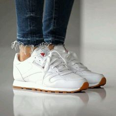 Trendy Sneakers 2018 Sneakers femme - Reebok Classic Leather ©slktn - Go to Source - Moda Sneakers, Sneakers Mode, White Sneakers, Leather Sneakers, Sneakers Fashion, Colorful Sneakers, Reebook Shoes, Kicks Shoes, Pump Shoes