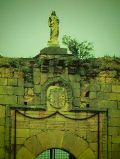 Noves. Castillo de San Silvestre. Sobre la puerta el blasón con el escudo del matrimonio  Cárdenas y Enriquez.