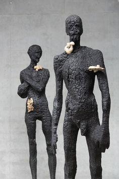 """Brutes, brûlées ou délicatement poncées, difficile de rester de bois devant les magnifiques sculptures d'Aron Demetz, né à Val Gardena dans les Dolomites, en Italie. Aron aurait dû être technicien dentaire et d'un coup, dans sa tête, ça a fait """"Non, ça..."""