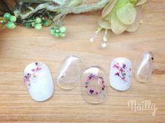 ピンクや紫の小さな花を散りばめたデザインです。クリアとホワイトのベース、それぞれに花が映えますね!