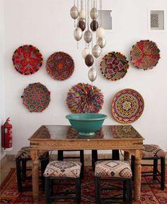 Тарелки на стене кухни в восточном стиле