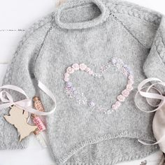 Discover thousands of images about tricot pullover laine gris pour enfant petite fille, motif coeur (knit, heart) Baby Knitting Patterns, Knitting For Kids, Crochet For Kids, Crochet Ideas, Crochet Baby Jacket, Crochet Cardigan, Knit Crochet, Kids Clothes Patterns, Clothing Patterns
