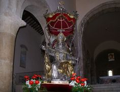 Bevagna, Piazza Filippo Silvestri, Chiesa di San Michele, Silberstatue des hl. Vinzenz von Bevagna (St. Michael's Church, silver statue of St. Vincent of Bevagna)