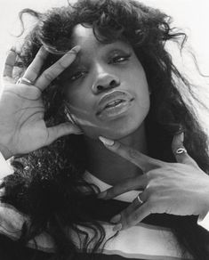 i-D first met SZA in Newly signed and about to drop her third mixtape, she oscillated between suburban teen and R&B superstar. Now, four years later, having released her delayed but critically-acclaimed debut album, Solána Rowe has taken control. Black Girl Magic, Black Girls, Sza Singer, Pretty People, Beautiful People, Divas, Black And White Photo Wall, Black And White Aesthetic, Beautiful Black Women