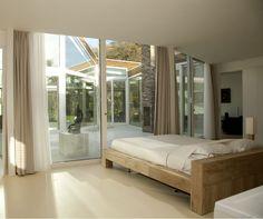 Qué lindo sería tener una habitación con ventanales enormes, ¿verdad?