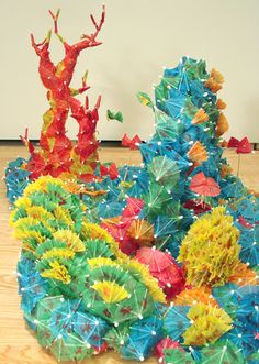Cocktail Umbrella Coral Reef - go kiddos! Sculpture art in the classroom inspiration Under The Sea Theme, Under The Sea Party, Coral Reef Art, Cocktail Umbrellas, Paper Umbrellas, Tiki Party, Tropical Party, Collaborative Art, Ocean Themes