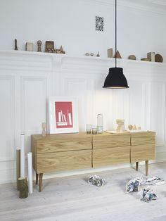 Typisch skandinavisch zeigt es sich dieses formschöne Stück von Muuto in hellem Holz und mit konischen Holzfüssen.